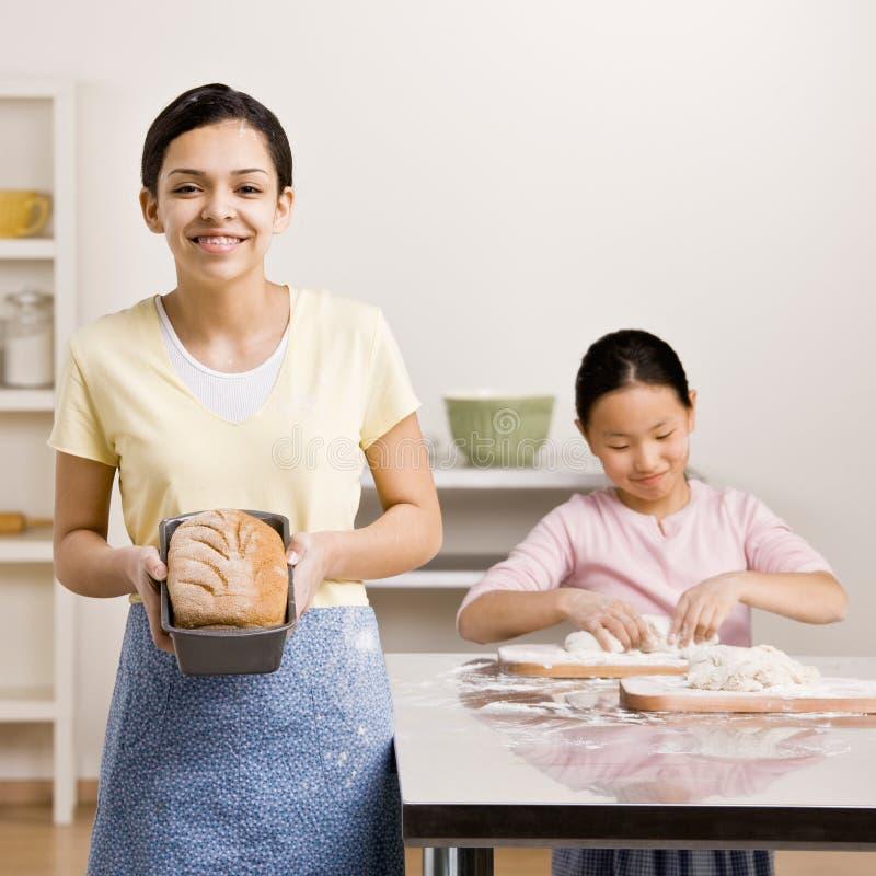 Las visualizaciones de la muchacha cocieron al horno el pan del pan fotografía de archivo libre de regalías
