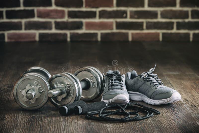 Las zapatillas de deporte del equipo de deportes rope la pesa de gimnasia que salta para la aptitud foto de archivo