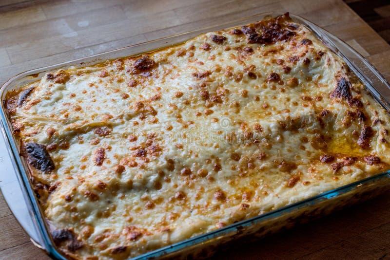 Lasañas con la carne picadita, la salsa boloñesa y el queso derretido fotografía de archivo libre de regalías