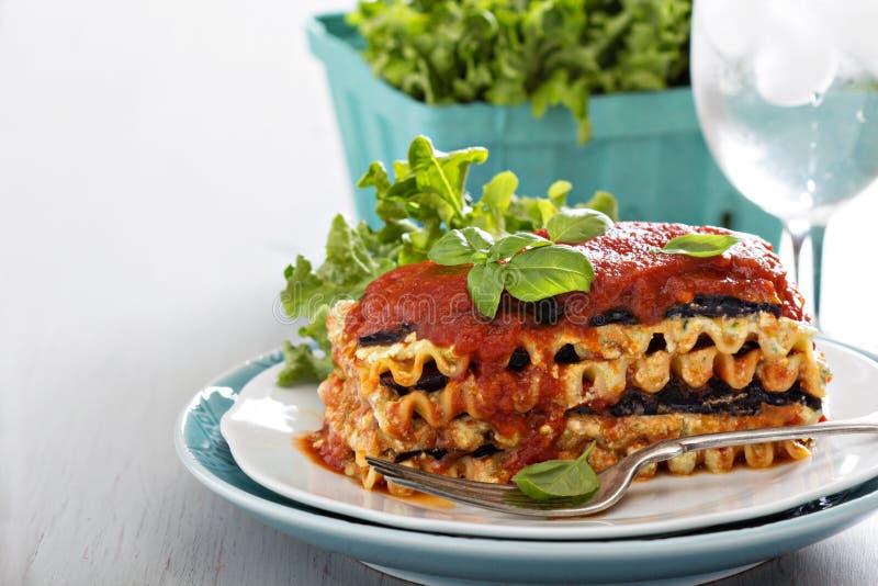 Lasañas del vegano con la berenjena y el queso de soja fotografía de archivo