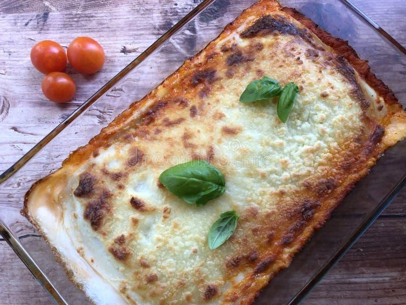 Lasañas italianas hechas en casa de las pastas Hecho con las capas apiladas de pastas alternas con la salsa boloñés de la carne imágenes de archivo libres de regalías