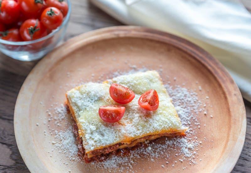 Lasa?as con los tomates de cereza imagen de archivo libre de regalías