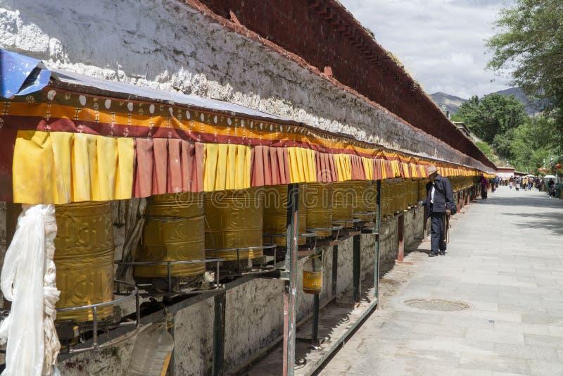 Lasa Tíbet anterior ahora China, los cilindros del rezo llamó Chokhor fotografía de archivo