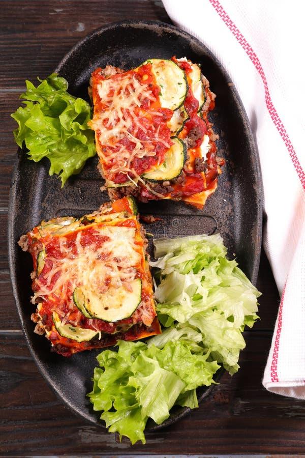 Lasagna και σαλάτα στοκ εικόνα