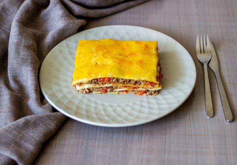 Lasagna σε ένα γκρίζο υπόβαθρο r στοκ εικόνες με δικαίωμα ελεύθερης χρήσης