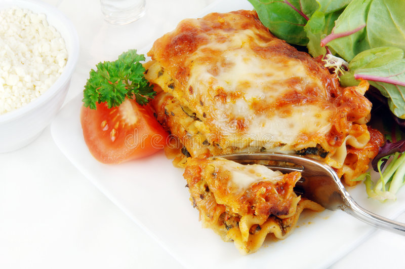 Lasagna com salada foto de stock royalty free