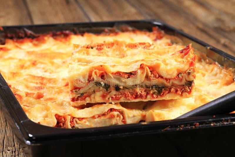 Lasagna in een bakselpan royalty-vrije stock foto