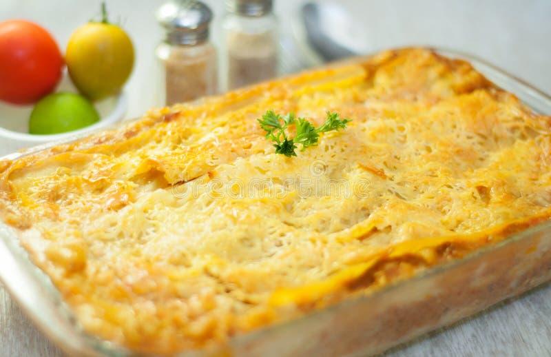 Lasagna med tomater royaltyfri fotografi