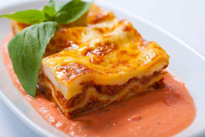 Lasagna na białym talerzu z ziele zdjęcia royalty free