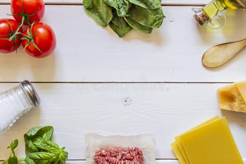 Lasagna, pomidory, minced mi?so i inni sk?adniki, bia?y t?a drewniane carpaccio kuchni doskonale stylu ?ycia, jedzenie luksus w?o obrazy stock