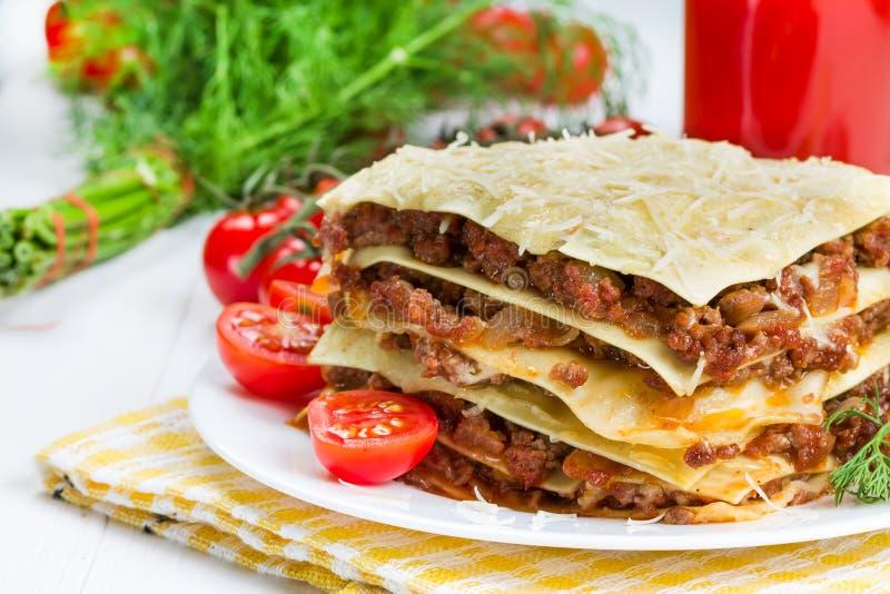 Lasagna's met kersentomaten stock foto