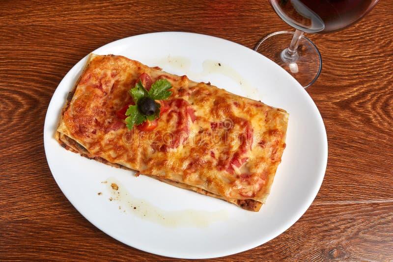 Lasagna z pomidorami i minced ptysiowym ciastem dekorującymi z plasterkami, czereśniowi pomidory, pietruszka liść i oliwka, zdjęcie royalty free