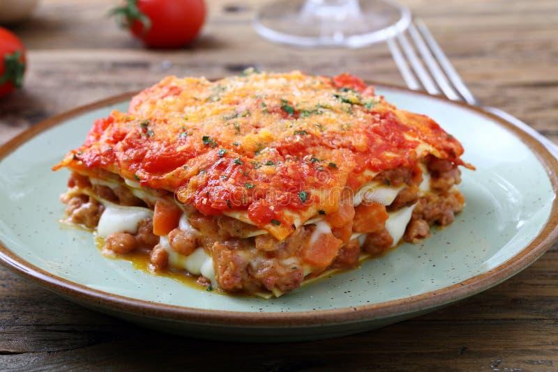 Lasagne al forno classiche con salsa bolognese fotografia stock