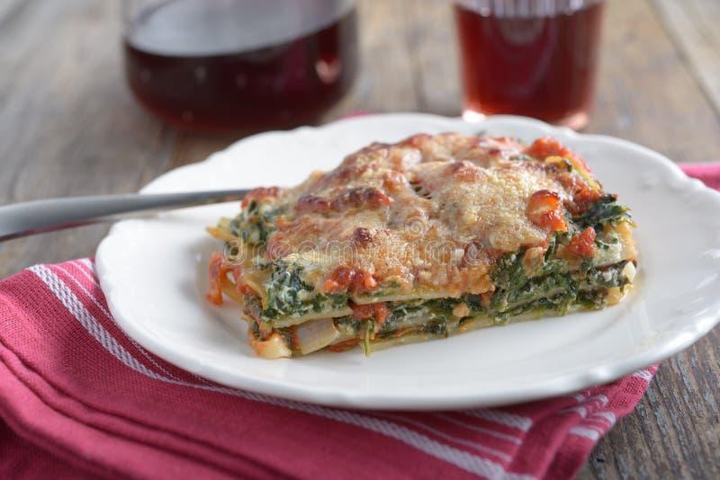 Lasagne al forno con la ricotta e gli spinaci fotografia stock