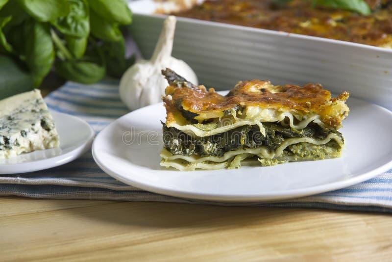 Lasagne al forno con spinaci immagine stock