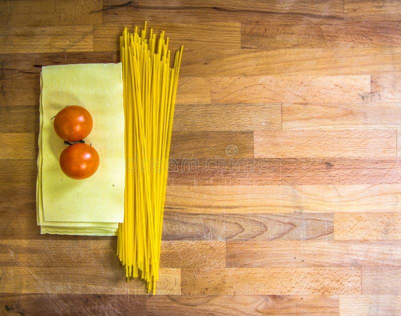 Lasagne al forno e pomodori della pasta immagini stock libere da diritti