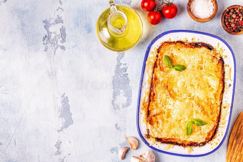 Lasagne al forno italiane tradizionali con le verdure, la carne tritata ed il formaggio fotografie stock libere da diritti