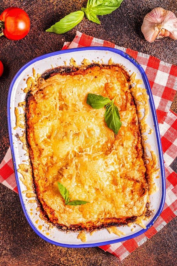 Lasagne al forno italiane tradizionali con le verdure, la carne tritata ed il formaggio fotografia stock