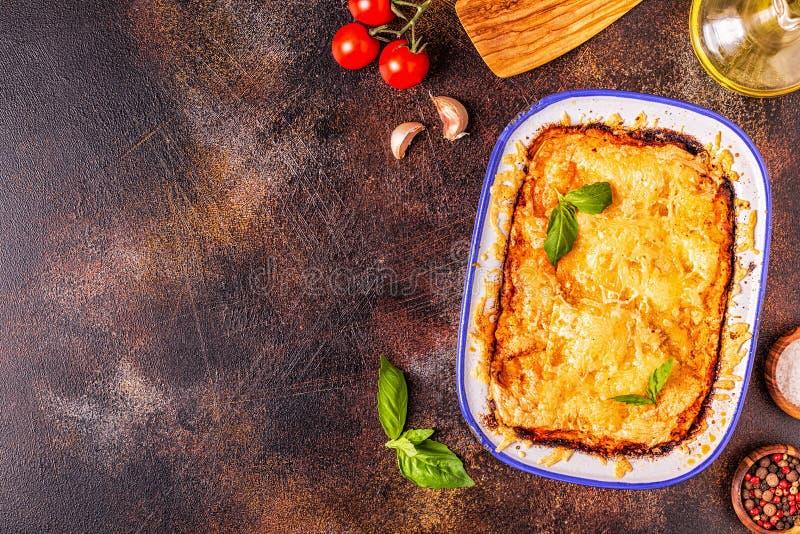 Lasagne al forno italiane tradizionali con le verdure, la carne tritata ed il formaggio fotografia stock libera da diritti