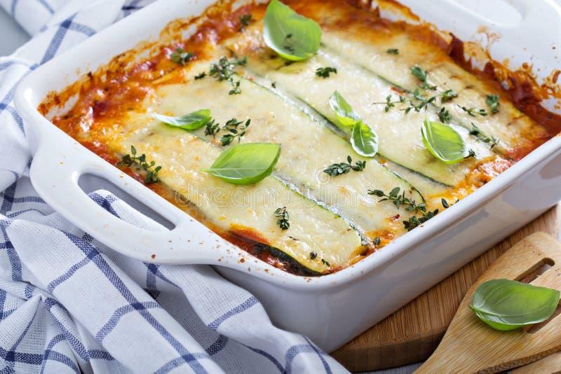 Lasagne al forno sane bolognese dello zucchini fotografia stock