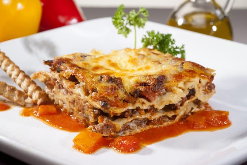 lasagne al forno su un piatto quadrato fotografie stock