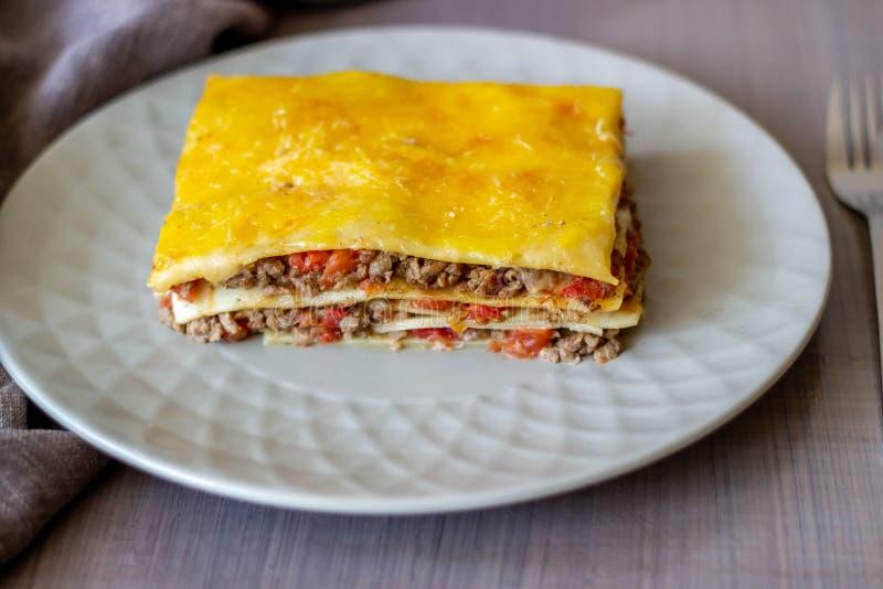 Lasagne auf einem grauen Hintergrund Italienische K?che stockfotografie