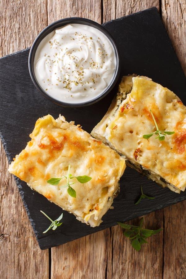 Lasagne cuit au four avec du blanc de poulet, champignons, fromage, herbes et image libre de droits