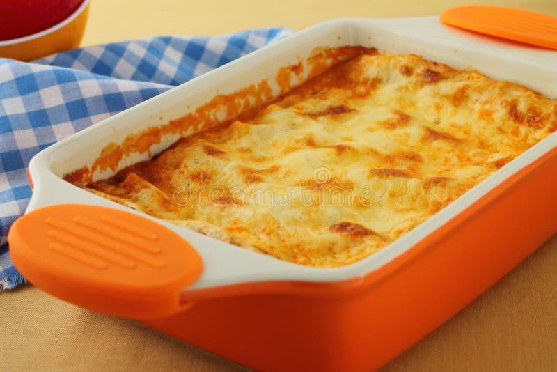 Lasagne cuit au four frais avec du boeuf image stock