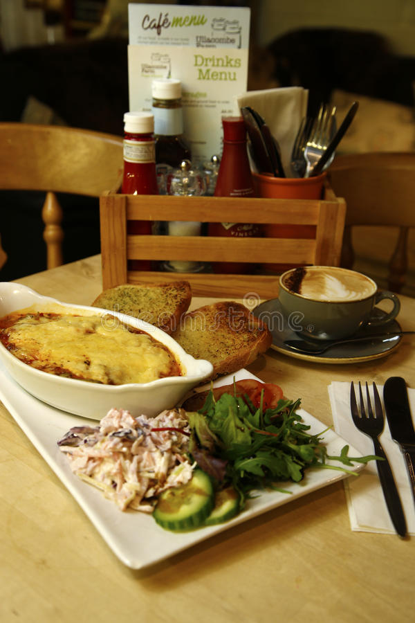 Lasagne de boeuf servi avec de la salade latérale image stock