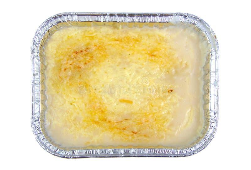 Lasagne in der Aluminiumempfänger lokalisiert auf Weiß lizenzfreie stockfotos