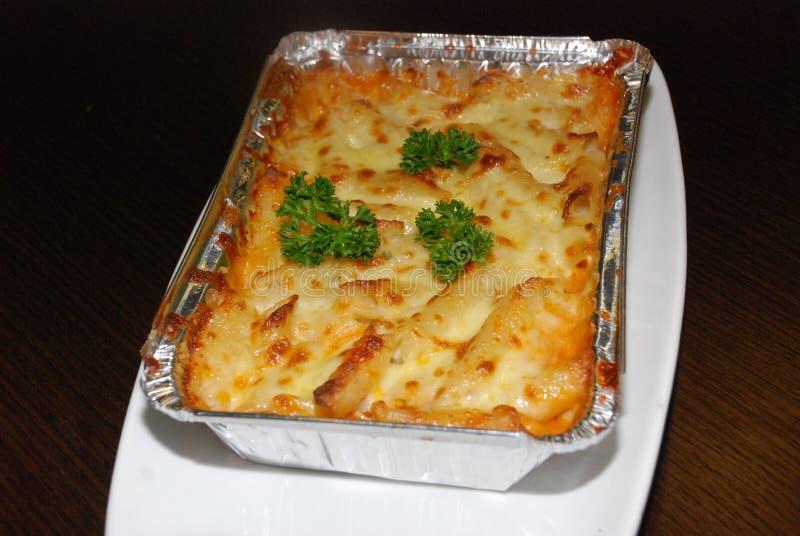 Lasagne in der Folie lizenzfreies stockfoto