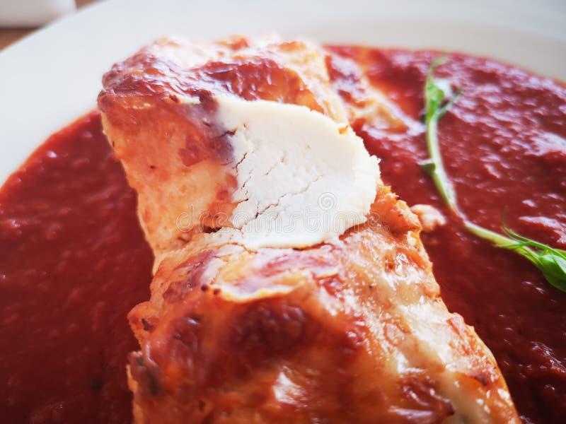 Lasagne in der Tomatensauce Geschmackvolle köstliche italienische Tellerlasagne mit Tomatensauce- und Frischkäse mit grünem salat stockfotos