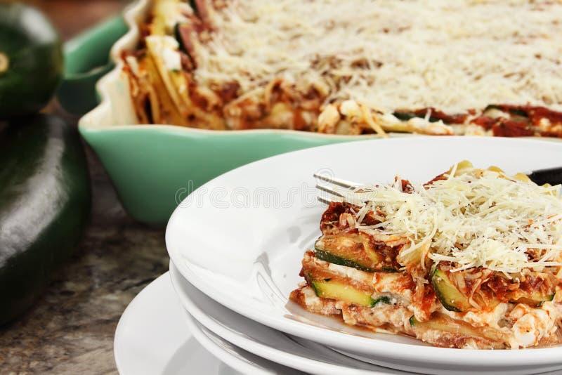 Lasagne frais de courgette images stock
