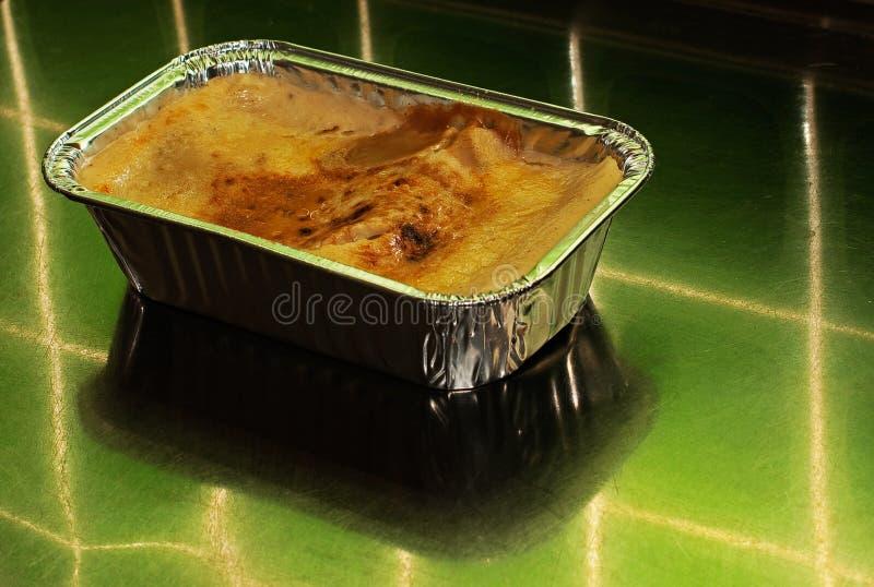 Lasagne im Folienbehälter lizenzfreie stockfotografie
