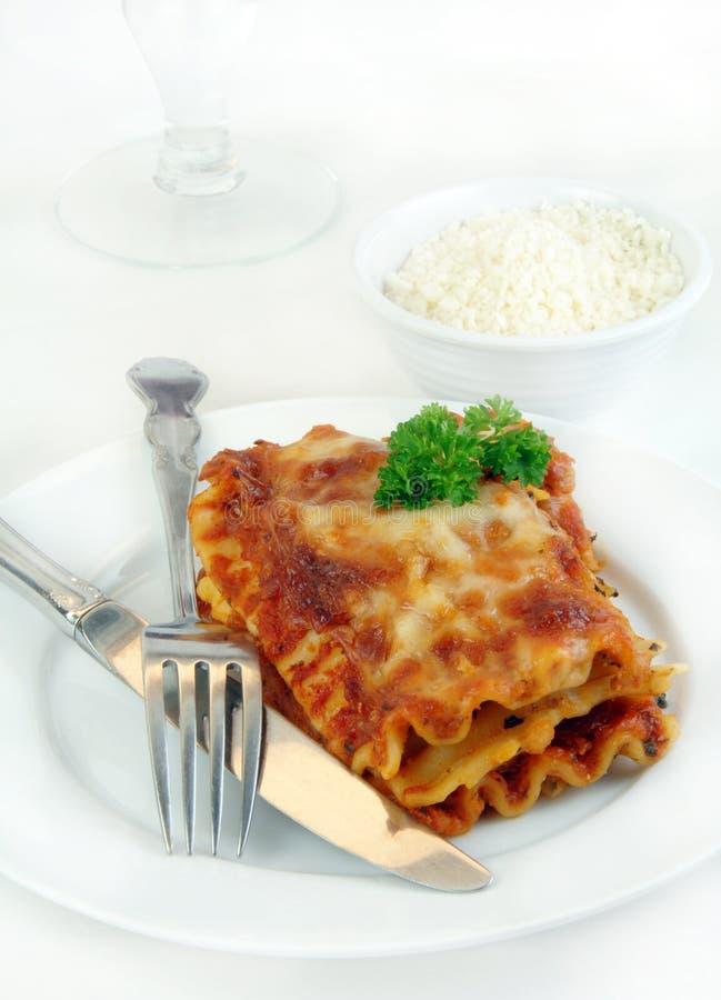 Lasagne mit einer Gabel und einem Messer stockbild