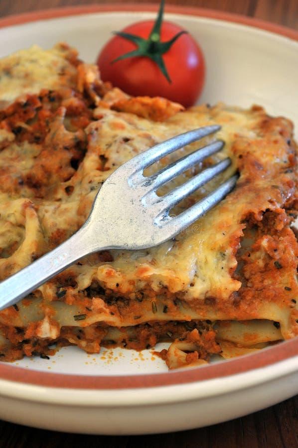 Lasagne mit Fleisch auf einer Platte lizenzfreie stockbilder