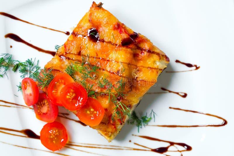 Lasagne mit Tomaten auf einer weißen Platte stockfotos