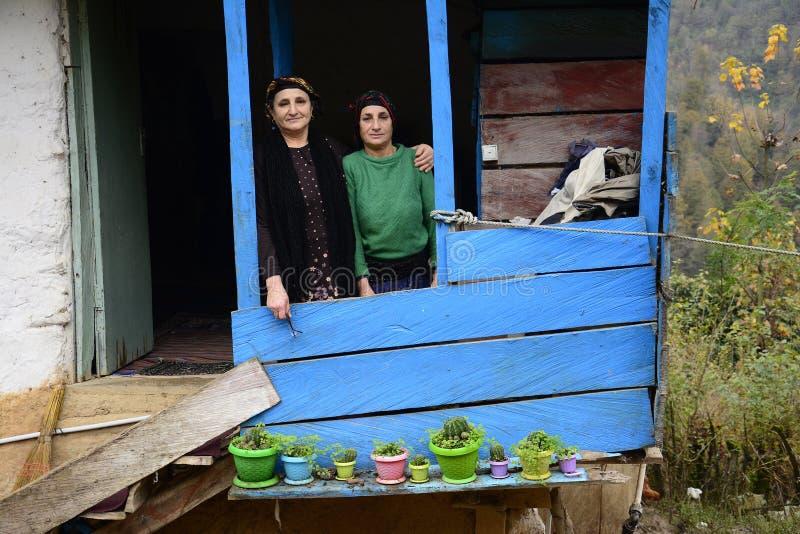 Lasak IRAN - 22 novembre 2018 étroit vers le haut du portrait de la femme agée deux devant le balcon photographie stock