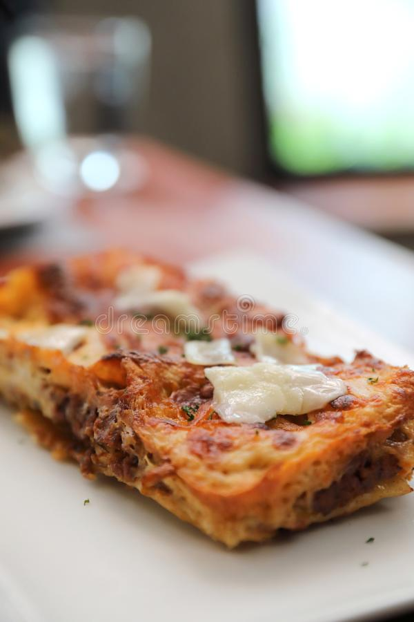 Lasanhas da carne no fundo de madeira, alimento italiano foto de stock royalty free
