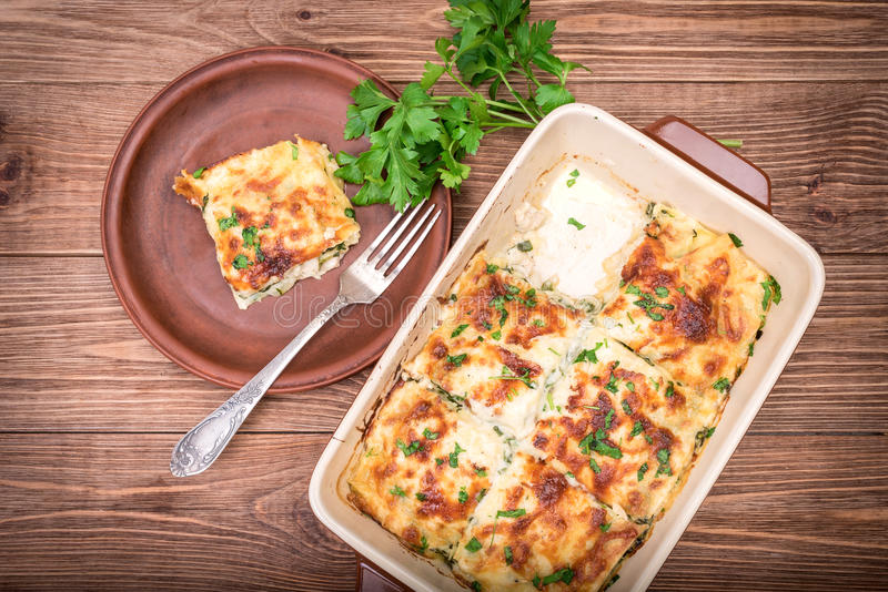 Lasanhas da galinha e queijo branco fotos de stock royalty free