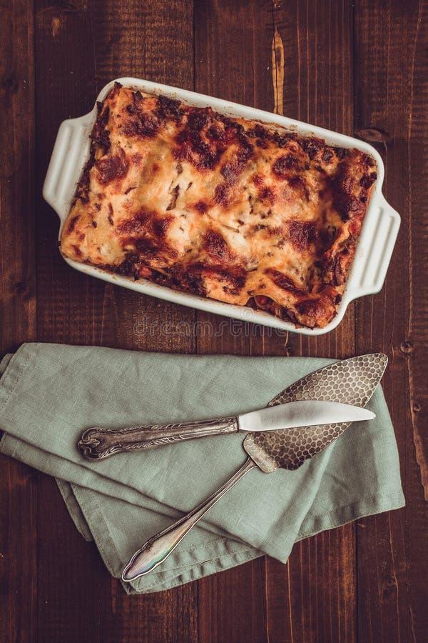 Lasanhas italianas Bolonhês e mozzarella na obscuridade rústica W imagem de stock