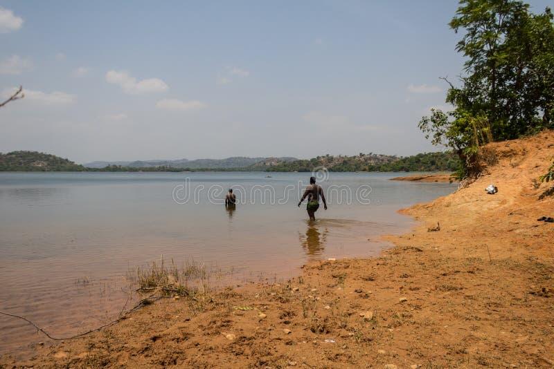 Lasci il ` s andare nuotare sotto il sole africano immagine stock libera da diritti