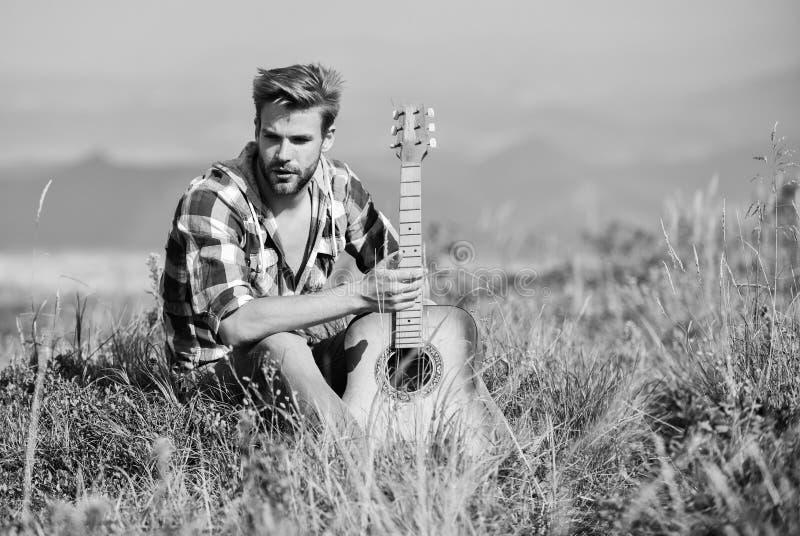 Lascia che la musica ti porti via campeggio e escursionismo occidentale cowboy con chitarrista acustico uomo sexy con la chitarra fotografie stock libere da diritti