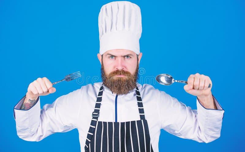 Lascia il piatto di prova Cuoco unico affamato pronto a provare alimento Tempo di provare gusto Cucchiaio e forchetta rigorosi se fotografia stock