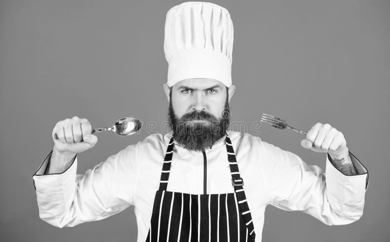 Lascia il piatto di prova Cuoco unico affamato pronto a provare alimento Tempo di provare gusto Cucchiaio e forchetta rigorosi se fotografia stock libera da diritti