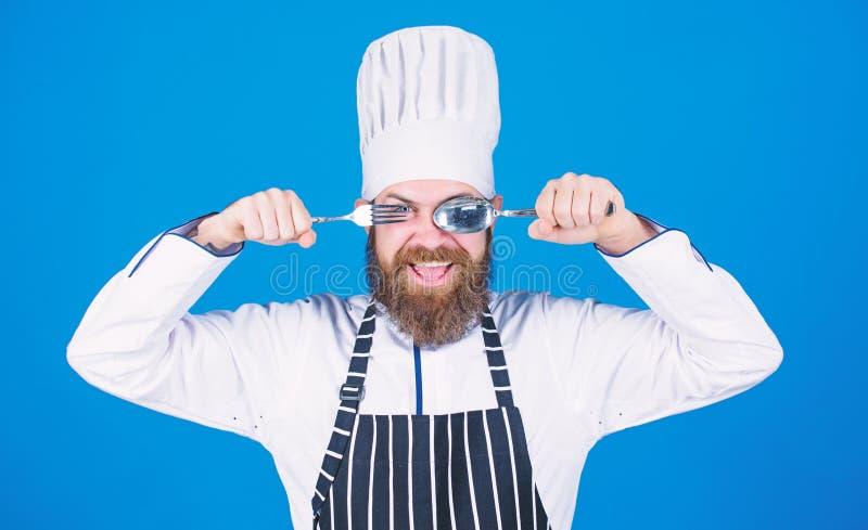 Lascia il piatto di prova Cuoco unico affamato pronto a provare alimento Tempo di provare gusto Cucchiaio e forchetta sorridenti  fotografia stock libera da diritti