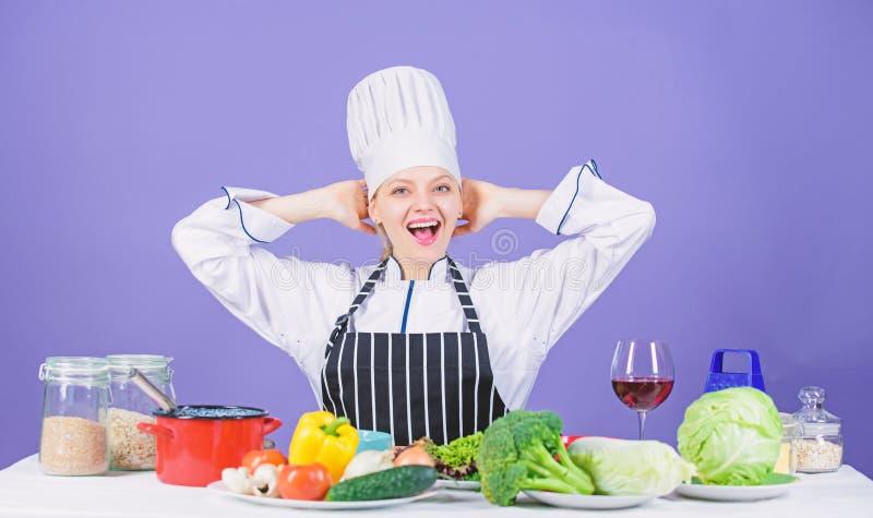 Lascia la cottura di inizio Cuoco unico della donna che cucina alimento sano Ricette gastronomiche del piatto principale Ragazza  fotografia stock libera da diritti