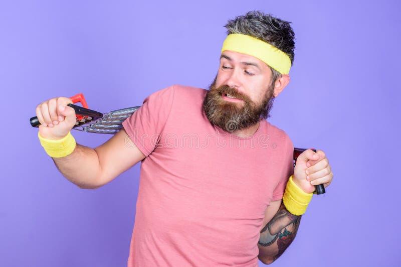 Lascia le armi di allungamento Atleta che allunga con l'estensore Sportivo che si prepara allungando estensore Atleta barbuto del immagine stock