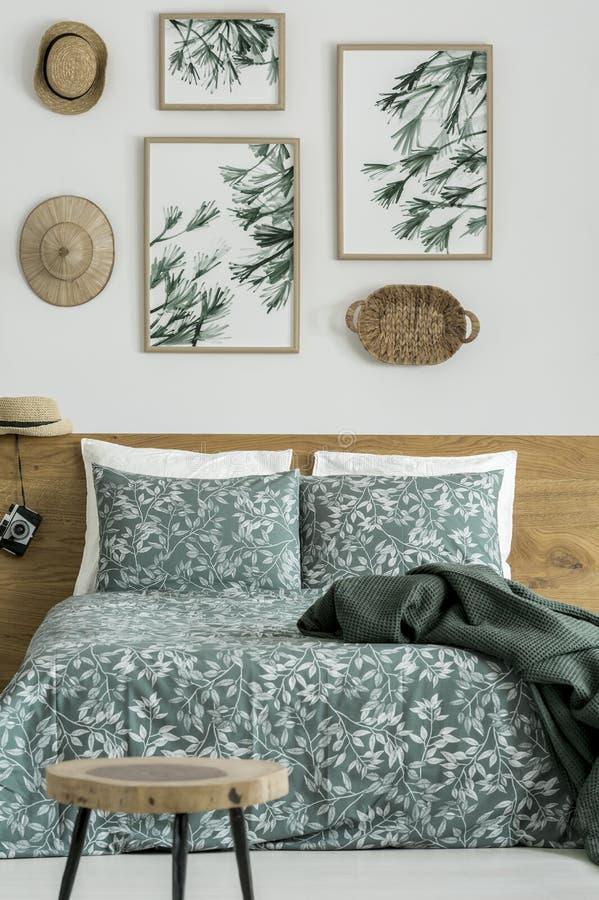 Lascia le pitture nella camera da letto del ` s del viaggiatore immagini stock