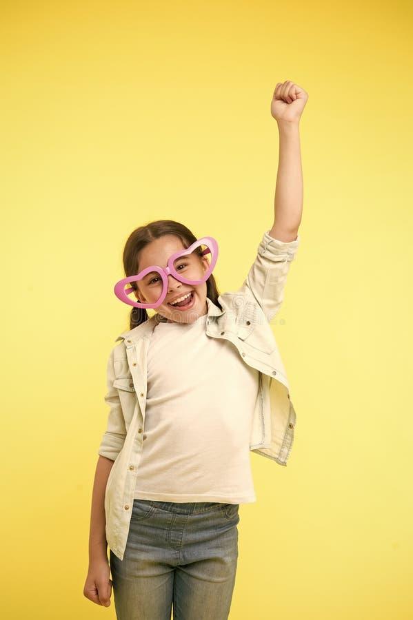 Lascia per celebrare Scherzi la chiamata allegra a forma di cuore degli occhiali della ragazza sopra per celebrare il giorno di b immagini stock